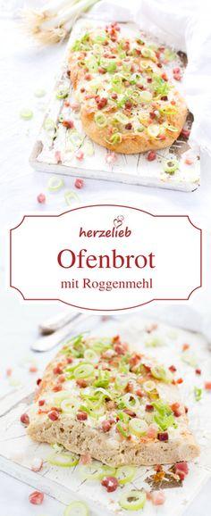 Brot Rezepte: Leckeres Ofenbrot oder Rahmfladen vom Mittelaltermarkt. Mit Roggen besonders herzhaft. Total abwandelbar - im Grunde die europäische Ur- Pizza! In diesem Rezept von herzelieb belegt wie ein Flammkuchen.