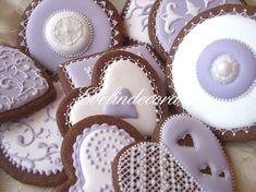 La ricetta ed il tutorial per decorare i biscotti con ghiaccia reale.Biscotti al cacao e vaniglia, trucchi e consigli per preparare un'ottima ghiaccia reale