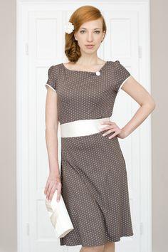 Labude - Kleid Joline ist ein beigebraun-gepunktetes, ausgestelltes Kleid aus weich fallendem Jerseymaterial mit gerafftem Ausschnitt mit cremefarbenem Knopf