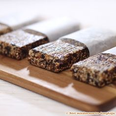 Plum and walnut amaranth bars. Would sub figs for plums and organic cereal for amaranth. Delicious Vegan Recipes, Raw Food Recipes, Tasty, Delicious Snacks, Brunch Recipes, Healthy Recipes, Vegan Snacks, Healthy Treats, Healthy Food
