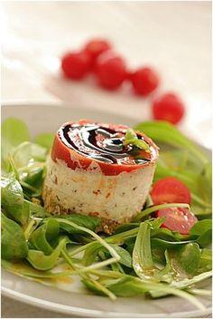 Une entrée aubergines tomate, chèvre frais, basilic, crème de vinaigre balsamique et tuc.