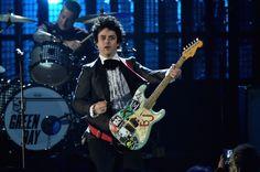 Billie Joe Armstrong de Green Day  durante la ceremonia de inducción al Salón de la Fama del Rock el 18 de abril en Cleveland, Ohio. GETTY