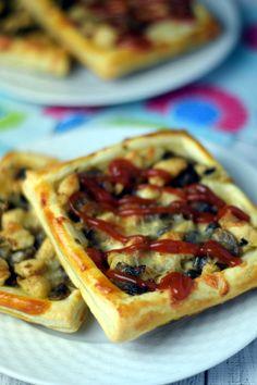 Przekąska z ciasta francuskiego – z kurczakiem i pieczarkami – Smaki na talerzu B Food, Vegetable Pizza, Tacos, Food And Drink, Cooking Recipes, Menu, Vegetables, Ethnic Recipes, Sport
