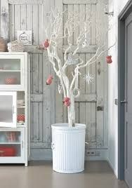 A rather immaculate looking white Christmas tree. Play it elegant and simple with this white Christmas tree adorned with small red and white embellishments. Noel Christmas, Modern Christmas, Scandinavian Christmas, Rustic Christmas, White Christmas, Christmas Crafts, Scandinavian Style, Simple Christmas, Christmas Christmas