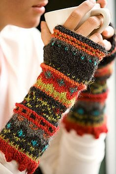 Someone make these for me - PLEASE :) Autumn Fashion Knitted arm warmers. Love the colors! personally fall is the best season for fingerless gloves Knit Mittens, Mitten Gloves, Knitting Projects, Knitting Patterns, Hat Patterns, Knitting Tutorials, Loom Knitting, Free Knitting, Stitch Patterns