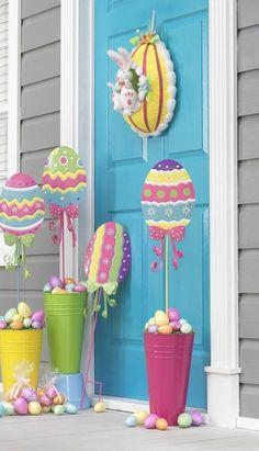 décoration d'extérieur pour Pâques avec œufs décoratifs multicolores