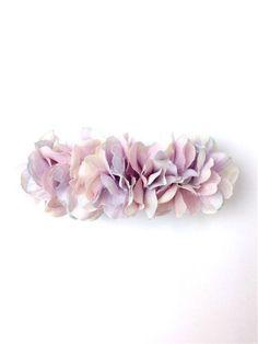 アジサイの花びらを敷き詰めたバレッタ。 いつものまとめ髪がフェアリーチックに☆幅:約10.5cm バレッタ金具:8cm素材:アートフラワー、バレッタ金具購入の...|ハンドメイド、手作り、手仕事品の通販・販売・購入ならCreema。
