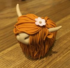 Fimo Polymer Clay Highlanders Highland Cow Ginger red Order at Eshie. Fimo Polymer Clay, Polymer Clay Animals, Polymer Clay Figures, Polymer Clay Flowers, Clay Projects, Clay Crafts, Felt Crafts, Cow Cakes, Fondant Animals