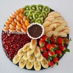 Fruit Buffet, Fruit Dishes, Food Design, Appetizers For Party, Appetizer Recipes, Fruit Platter Designs, Fruits Decoration, Food Carving, Food Garnishes