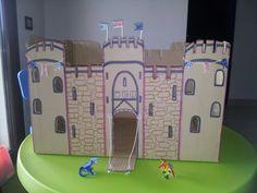 De una caja de cartón puedes hacer un castillo medieval para los dragones de tu hijo ;))) Las banderas están hechas con wasi tape.