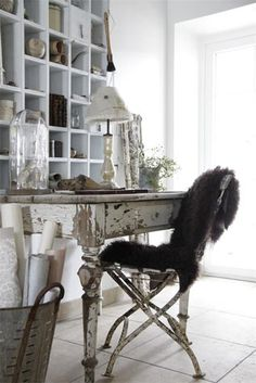 French country - shabby chic home office space Shabby Chic Office, Shabby Chic Homes, Office Chic, Jeanne D'arc Living, Vintage Accessoires, Decoration Originale, Style Deco, Butterfly Chair, French Country Decorating
