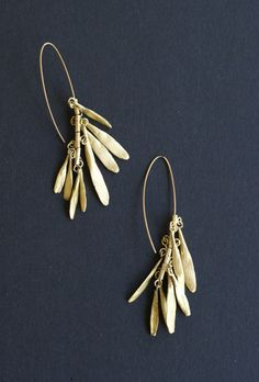 Pretty hand-made bronze earrings composed by nine mobile leafs, 9 cm approx. This collection was inspired in nature, in those magic little things that we miss to enjoy. It resembles of those tiny leafs that fall off the trees during autumn in Buenos Aires.