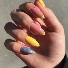 What you need to know about acrylic nails - My Nails Stylish Nails, Trendy Nails, Cute Nails, My Nails, Glitter Nails, Nails Yellow, Best Acrylic Nails, Dream Nails, Creative Nails