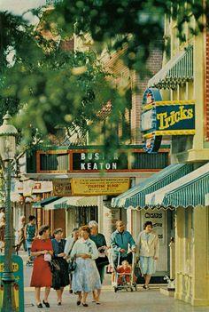 Vintage Disneyland - Notice the dresses - kinda neat! Disneylândia Vintage, Disney Vintage, Vintage Disneyland, Old Disney, Disney Love, Disney Magic, Vintage Mickey, Disney Stuff, Vintage Photos