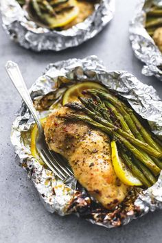 Simple lemon chicken & asparagus foil packs are an easy and incredibly delicious. Simple lemon chicken & asparagus foil packs are an easy and incredibly delicious meal you can either grill, or bake any time of the… Foil Packet Dinners, Foil Pack Meals, Foil Dinners, Easy Dinners, Easy Dinner Meals, Easy Dinner For 2, Toddler Dinners, Toddler Lunches, 30 Minute Meals