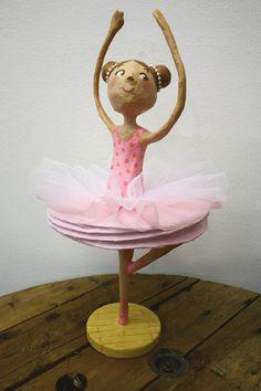 Amandadas: Bailarina de papel maché
