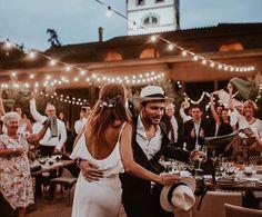 Con este fotón de @david_griso y estos novios tan molones comenzamos el viernes!! ☀️🌿❤️•#instagram #inspiration #picoftheday #instagood #boda #weddinginspo #wedding #love #style #photography #ideas #weddingday #weddingphotography #fashion #design #detalles #look #ideal #novia #weddingdress #bride #hairstyle #weddinghair #designer #bodas2018 #flores #novios A Todo Confetti, Live Band, Festival Wedding, Tie The Knots, First Dance, Love, Marriage, Wedding Inspiration, Couples