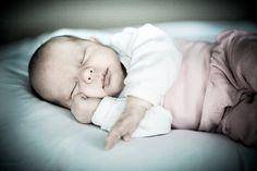 Süße Fotos für die Geburtskarte | mummyandmini.com Fotos: Kleine Monster Newborn Girl