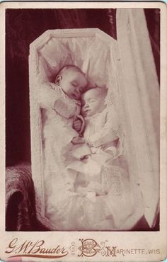 POST MORTEM (Paul Frecker collection) - A cabinet card showing twin babies in a open coffin propped up on a shawl-covered armchair. Victorian Photos, Victorian Era, Antique Photos, Memento Mori, Fotografia Post Mortem, Dark Side, Post Mortem Pictures, Post Mortem Photography, After Life