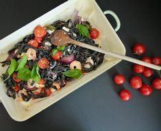 Schwarze Nudeln mit Garnelen, Kirschtomaten und frischem Basilikum 🌿 Acai Bowl, Breakfast, Food, Basil, Cherries, Fresh, Hoods, Meals