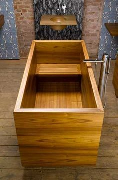 I'm thinking that if I take part of the closet out in my bathroom I can finally have my dream tub. William Garvey Japanese style Ofuro bath in teak. Wood Tub, Wood Bathtub, Wood Sink, Japanese Bathtub, Japanese Soaking Tubs, Deep Soaking Tub, Japanese Sauna, Tub Shower Combo, Shower Tub