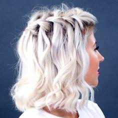 Capelli con un taglio a caschetto e di colore ice blond con trecce alla francese
