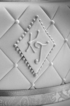 Für den schönsten Tag im Leben darf es nur die schönste Hochzeitstorte sein. Natürlich von Nicola Fürle aus Salzburg! Salzburg, Cookie Cutters, Tray, Sugar, Cookies, Desserts, Food, Kuchen, Life