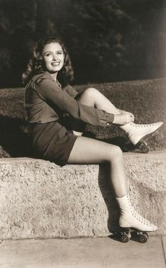 Donna Reed looking adorable in roller skates. Old Hollywood Glamour, Golden Age Of Hollywood, Vintage Hollywood, Hollywood Stars, Classic Hollywood, Classic Actresses, Classic Films, Actors & Actresses, 1940s Actresses