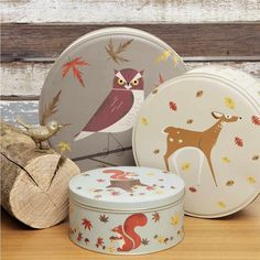 Vous allez les adorer! Ces boîtes sont dans le même principe que les poupées russes s'emboîtant les unes dans les autres. Des illustrations graphiquementtrès belles, des finitions soignées, de belles associations de couleurs, les mots ne manquent pas pour complimenter ces jolies boîtes. 38,00 € http://www.lafolleadresse.com/boites-et-rangements/776-ensemble-de-trois-boîtes-rondes-en-métal-animaux-des-bois.html