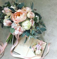Bouquet for bride! ハワイウェディングの花嫁さまに。アトリエにあるサンプルブーケを気に入ってくださって、同じような感じでお届けさせていただきました。素敵な1日になりますように◎ * #hawaiiwedding #photowedding #lesfavoriswedding #wedding #bridal #weddingbouquet #wedingflowers #花嫁diy #futakotamagawa #オーダーメイドブーケ #ウェディング #大人婚 #おしゃれ婚 #海外ウェディング #リゾ婚 #前撮り #後撮り #結婚式準備 #プレ花嫁 #花嫁会 #2017冬婚 #2018春婚 #2018夏婚 #2018秋婚 #2018冬婚 #日本中のプレ花嫁さんと繋がりたい #lesfavorisbouquet