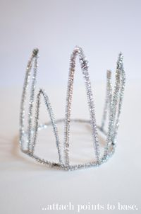 A SUPER simple pipe cleaner crown DIY . Free tutorial with pictures on how to make a tiara / crown in under 10 minutes by constructing and decorating with pipe cleaners. Diy Christmas Hats, Holiday Crafts, Christmas Decorations, Christmas Tree, Cute Crafts, Crafts For Kids, Xmas Tree Toppers, Penguin Costume, Pipe Cleaner Crafts