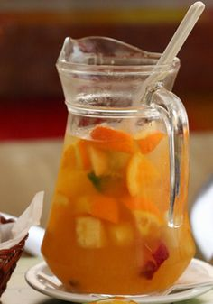 Tequila Punch - use grapefruit soda, fresh citrus juices, chunks of citrus fruit, crushed pineapple and strawberries Bourbon Cocktails, Cocktail Drinks, Cocktail Punch, Non Alcoholic Drinks, Fun Drinks, Yummy Drinks, Beverages, Tequila Sunrise, Punch Aux Fruits