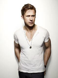 Acheter la tenue sur Lookastic:  https://lookastic.fr/mode-homme/tenues/t-shirt-a-col-boutonne-blanc-jean-gris-fonce/1250  — T-shirt à col boutonné blanc  — Jean gris foncé