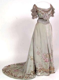 Evening dress, c. 1900, at the Norwegian Museum of Cultural History. Via the Digitalt Museum.
