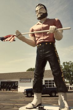 Photos of the Lauterbach Tire Muffler Man, a roadside attraction in front of Lauterbach Auto Service in Springfield, Illinois who was once decapitated. Tom Robbins, Springfield Illinois, Roadside Attractions, Route 66, Vintage Photos, Road Trip, Carousels, America, Guys