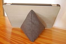 Instructions: Sew on the tablet cushion Source by sockshype Diy Crafts To Sell, Diy Crafts For Kids, Kids Diy, Diy Upcycled Art, Upcycled Clothing, Diy Kleidung Upcycling, Arts And Crafts Box, Sewing Crafts, Sewing Projects