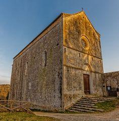 Eremo di San Leonardo al lago, nel comune di Monteriggioni, provincia di Siena. L'eremo agostiniano, documentato dal 1119, sorse presso il lago Verano, bonificato nella seconda metà del XVIII secolo. La chiesa e i locali furono ricostruiti tra il XIII secolo e il XIV secolo, riutilizzando il lato destro dell'antica costruzione in uno stile di transizione tra romanico e gotico. Nel 1366 l'intero complesso monastico fu fortificato.