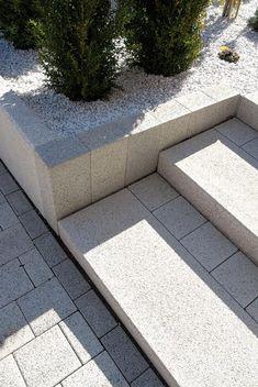 METTEN Alessio: Stelen Granitgrau-weiß. Tocano-Blockstufen Granithell.