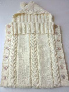 Lindo porta bebé con capucha tejido en dos agujas y decorado con trenzas!!!