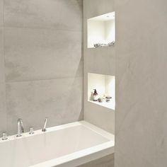Badkamer met verlichte nisjes, lichtgrijs/beton, aprilandmay.