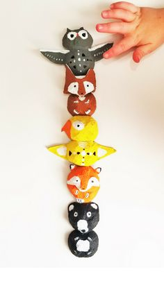Make a totem pole from egg cartons! Make a totem pole from egg cartons! Animal Crafts For Kids, Fun Crafts For Kids, Projects For Kids, Diy For Kids, Easy Crafts, Diy Projects, Egg Carton Art, Egg Carton Crafts, Egg Cartons