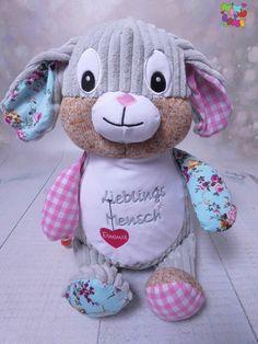 Unser rosa Hase ist für jeden Lieblingsmensch, dass richtige Geschenk für jeden Anlass. Mikulini steht für Handmade Baby- und Kindermode. Aber auch für Geburtsgeschenke, personalisierte Geschenkartikel, Taufgeschenke, Hochzeitsgeschenke und insbesondere aber Kuscheltiere, die mit Namen, Sprüchen oder Logos bestickt werden können. Kind Mode, Teddy Bear, Logos, Animals, Wedding Favors, Personalized Gifts, Cuddling, Bunny, Animales
