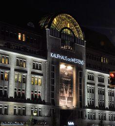 Haupteingang des KaDeWe (Kaufhaus des Westens) bei Nacht mit Wintergarten-Restaurant.  http://besuch-berlin.de