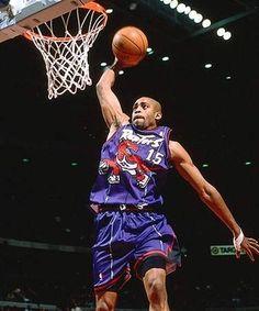 """en plena moda de Jurassic Park van y crean un equipo de NBA en Toronto en los 90. Y claro, le ponen Raptors. Feo y representativo de lo que eran los uniformes """"modernos"""" en esa decada. El jugador es Vince Carter en su año rookie"""