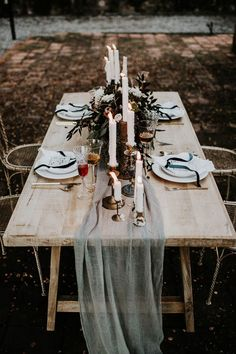 dark winter wedding table settings| Image by Yeray Cruz