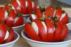 Tomatoes, boconccini, basilic, salt & pepper, drizzle of balsamic and olive oil. YUMMIE!!! Picture #MaudeVezina