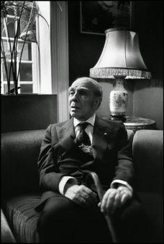Jorge Luis Borges: Abenjacán el Bojarí, muerto en su laberinto - Foto: Borges interview at L'Hotel Hotel, 13 rue des Beaux-Arts. October 1977 © Guy Le Querrec / Magnum Photos http://borgestodoelanio.blogspot.com/2014/12/jorge-luis-borges-abenjacan-el-bojari.html