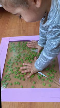 Check out this easy to make green pea sensory bag idea! The peas dance and bounce with every touch. It's so mesmerizing to watch! Check out this easy green pea sensory bag idea! The peas dance and bounce with every touch. It's so mesmerizing to watch! Montessori Baby, Toddler Learning Activities, Infant Activities, Preschool Activities, Summer Activities, 4 Month Old Baby Activities, Kids Learning, Toddler Activity Board, Nursery Activities