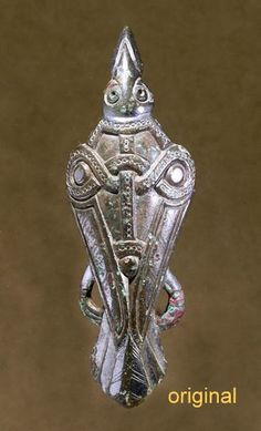 Bronze brooch gilded with silver showing a bird, maybe a raven. Dated to Late Scandinavian Iron Age (AD Uppåkra, Sweden. (Photography by Bengt Almgren, LUHM) Medieval Jewelry, Viking Jewelry, Ancient Jewelry, Viking Raven, Viking Art, Viking Life, Viking Woman, Ancient Vikings, Norse Vikings