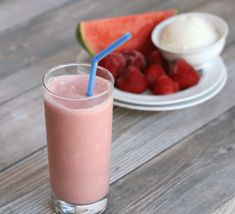 Learn how to make a healthy watermelon smoothie. This delicious watermelon smoothie recipe is so cool and refreshing, it's the perfect summer drink! Healthy Watermelon Smoothie, Berry Smoothie Recipe, Fruit Smoothie Recipes, Protein Shake Recipes, Watermelon Recipes, Just Juice, Healthy Fruits, How To Cook Quinoa, Yummy Drinks